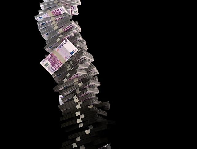 padající eura v balíčku z komína Eur