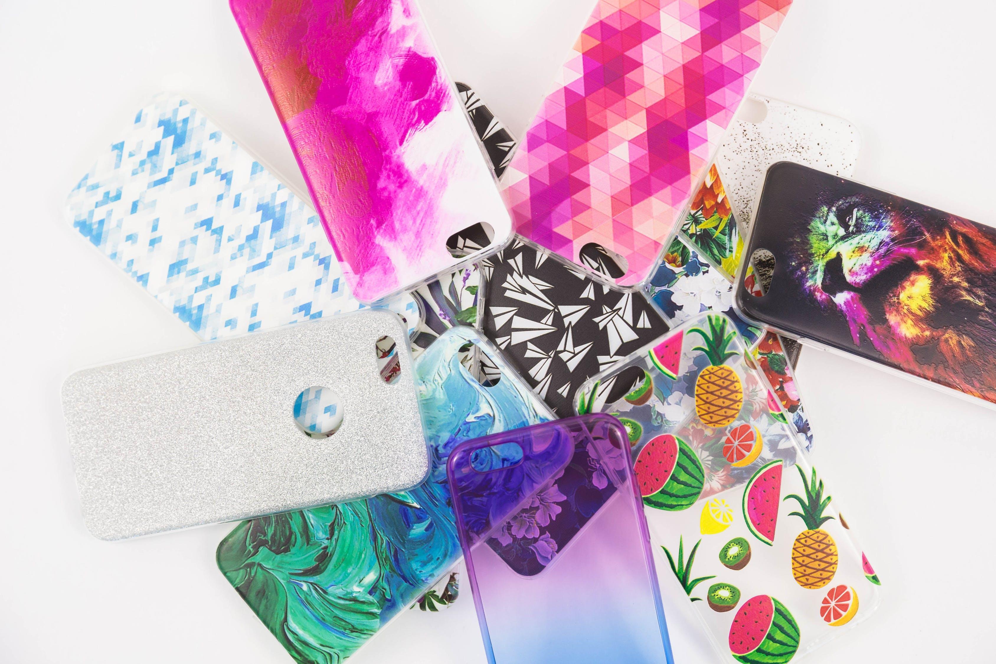 různobarevné obaly na telefon